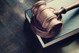 Gesetzbuch mit Richterhammer