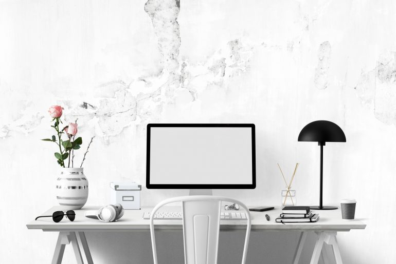 Homeoffice Arbeitsplatz mit weißen Möbeln.