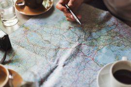 Planung einer Route auf einer Karte.