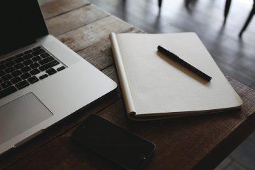 Notizbuch auf einem Arbeitstisch.