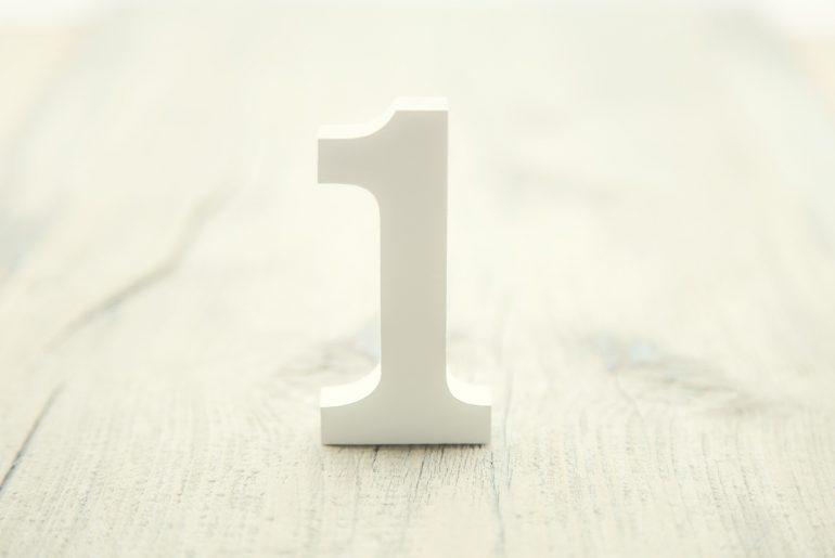 Die Zahl 1 steht auf einem Tisch.