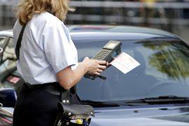 Politesse verteilt einen Strafzettel.