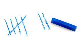 Strichliste mit blauer Kreide