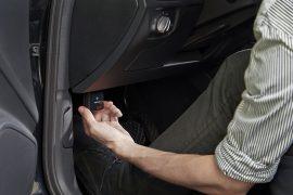 Verortung der OBD-Schnittstelle im Fußraum des Autos.