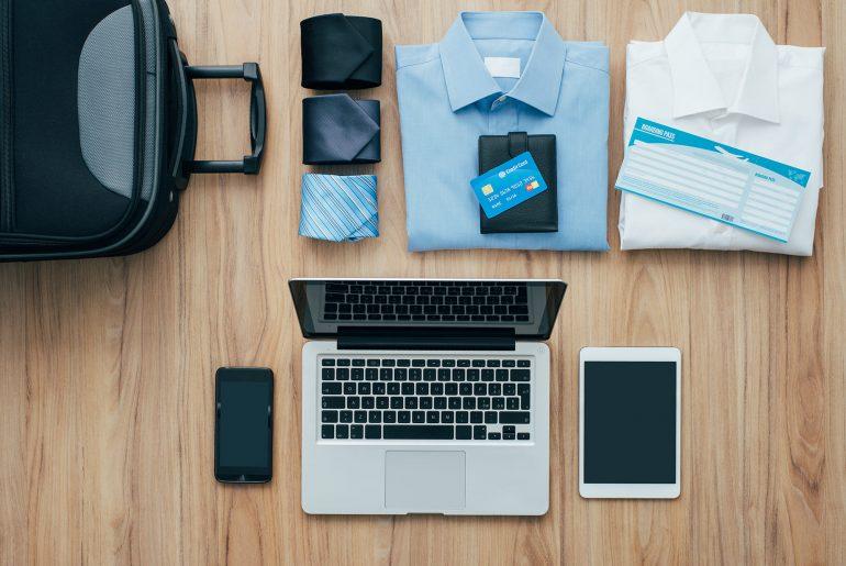 Ein Koffer wird für eine Geschäftsreise gepackt.