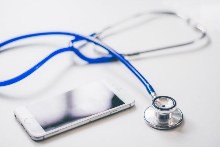 Smartphone und Stethoskop
