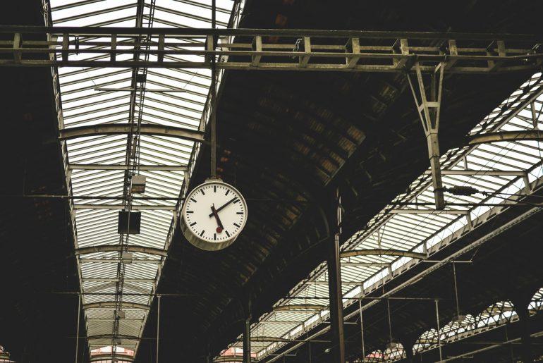 Uhr am Bahnsteig