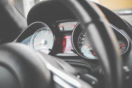 Kilometeranzeige im Auto.