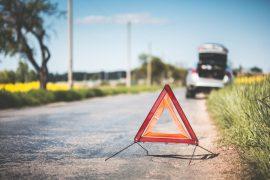 Warndreieck steht bei einem Unfall auf der Straße.