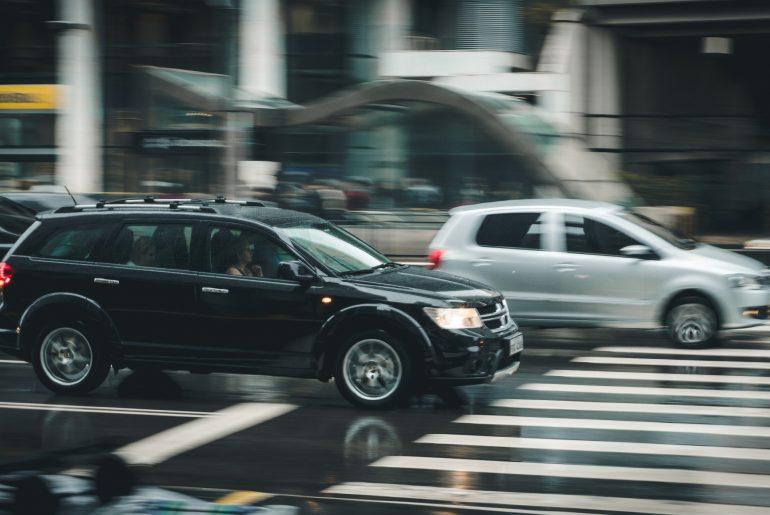 Schnell fahrende Autos.