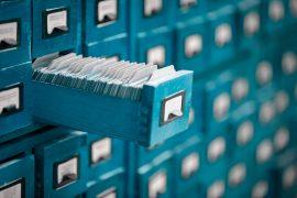 Blauer Schrank mit Dokumenten.
