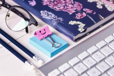 Verschiedene Büroartikel auf einem Schreibtisch.