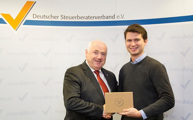Harald Elster, Präsident des Deutschen Steuerberaterverbands e.V. und Andreas Schneider, Gründer und Geschäftsführer der Vimcar GmbH