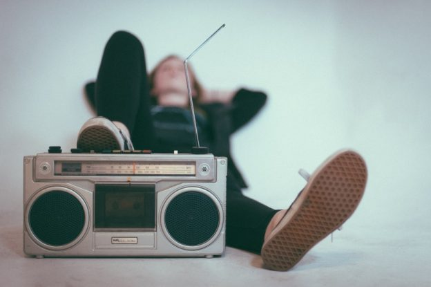 Frau mit Radio